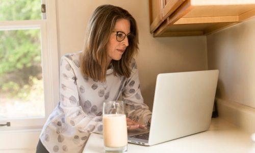 Este bine sau rău să lucrăm de acasă? Află ce spun psihologii și mamele cu afaceri proprii (partea I).